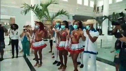 Abinader se emociona y baila merengue en reapertura de hotel en Bávaro