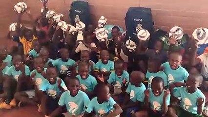 Niños y niñas de Burkina Faso agradecen al Espanyol en envío de material deportivo (5/11/20)