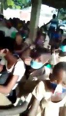 Togo  Rentrée scolaire  des élèves assis sur des briques, 4 par banc ; la vidéo qui choque la toile