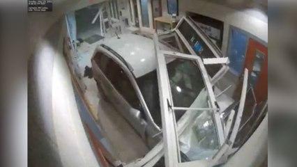 Estrella su coche contra una comisaría con el objetivo de matar a varios policías