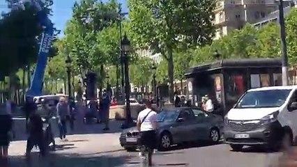Un automobiliste fonce sur un homme au milieu des Champs Elysées