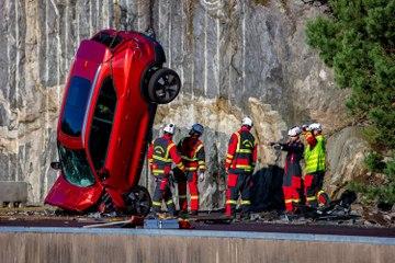 Des Volvo lâchés à 30 mètres de haut... pour la bonne cause