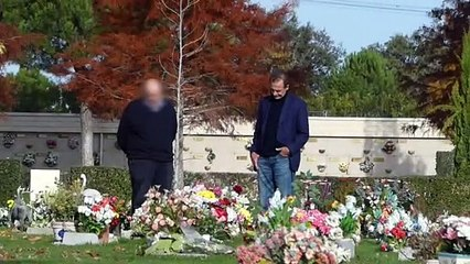 Alessandro Lequio, con el corazón roto, visita la tumba de su hijo Álex Lequio