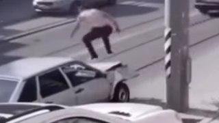 VÍDEO: REVIENTA su coche contra una FAROLA y lo intenta arreglar con unos SALTITOS sobre el capó