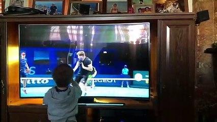 El hijo de Horacio Zeballos mirando el partido de su papá en el Masters