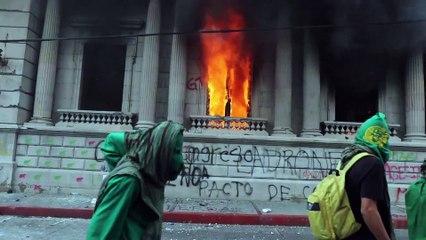 Manifestantes asaltan el Congreso de Guatemala y le prenden fuego