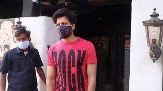 Rietesh Deshmukh Spotted at Hakim Alim Salon at Bandra | FilmiBeat