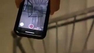 Il lache son telephone dans la cage d'escalier, ce qui se passe est incroyable