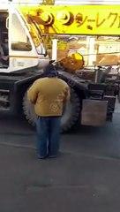 В Одессе подъемный кран протаранил набитую людьми маршрутку, есть раненые