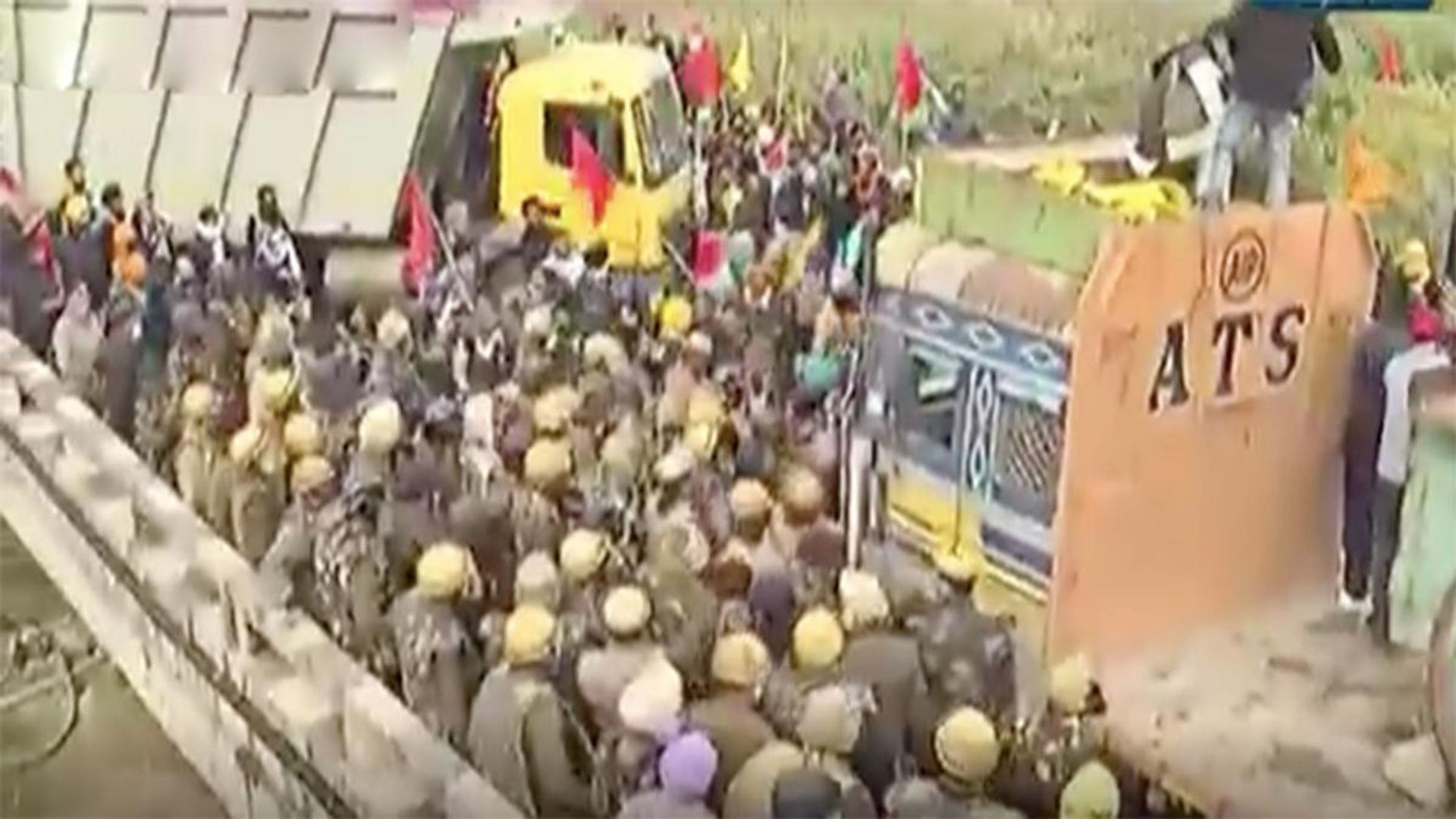 Chaos at border, farmers try to remove barricades