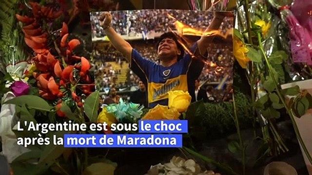 Des Argentins pleurent Maradona devant le stade de Boca Juniors à Buenos Aires