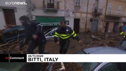 سیل در ساردنی ایتالیا خودروها را با خود برد