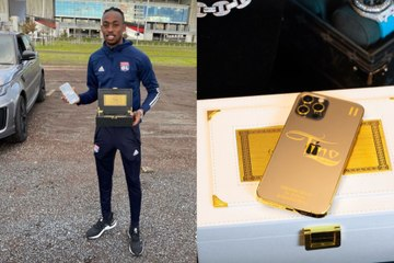 Quand Tino Kadewere decouvre son portable en or customise