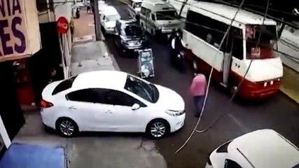 Deux hommes tentent de carjacker une voiture mais tombent sur la mauvaise personne