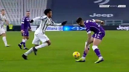 Tình huống ăn thẻ đỏ trực tiếp của Juan Cuadrado trong trận đấu với Fiorentina