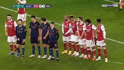 Tình huống núp bụi hài hước của cầu thủ Arsenal trong trận đấu gặp Man city