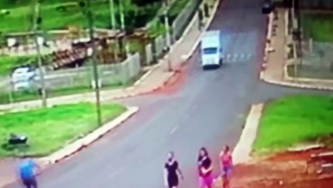 Vídeo: Câmera de segurança flagra acidente entre moto e bicicleta no Bairro Morumbi - Vídeo Dailymotion
