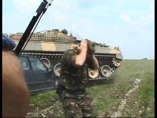 Un caméraman a filmé une démonstration de char d'assaut mais cette dernière s'est mal passée
