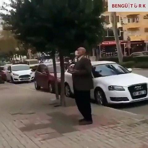 Başbuğ Alparslan Türkeş'in ve MHP Lideri Devlet Bahçeli'nin afişini gören vatandaş dua etti