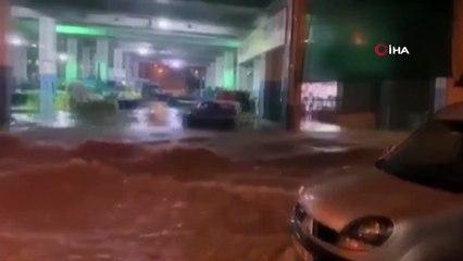 İzmir Sele Teslim Oldu, Suya Düşen Kuryenin Yardımına Mahalleli Yetişti