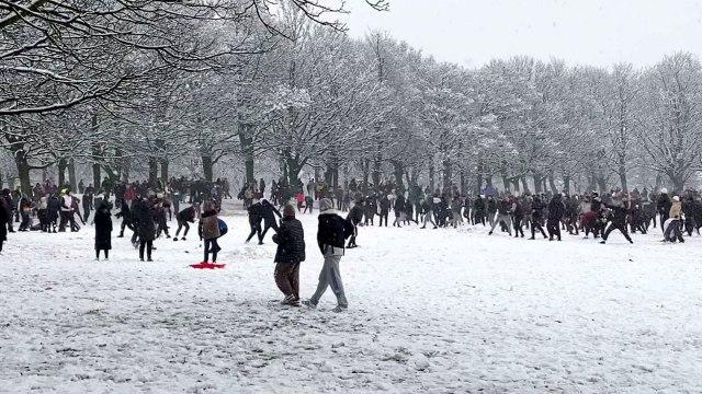Énorme bataille de boules de neige en Angleterre malgré le confinement strict