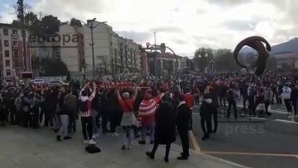 Una multitud de aficionados del Athletic Club de Bilbao se concentra frente al Ayuntamiento para celebrar la Supercopa pese a las restricciones