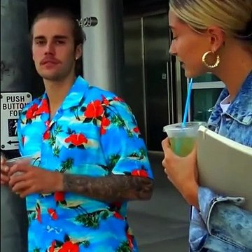 Justin Bieber and Hailey jokes with paparazzi