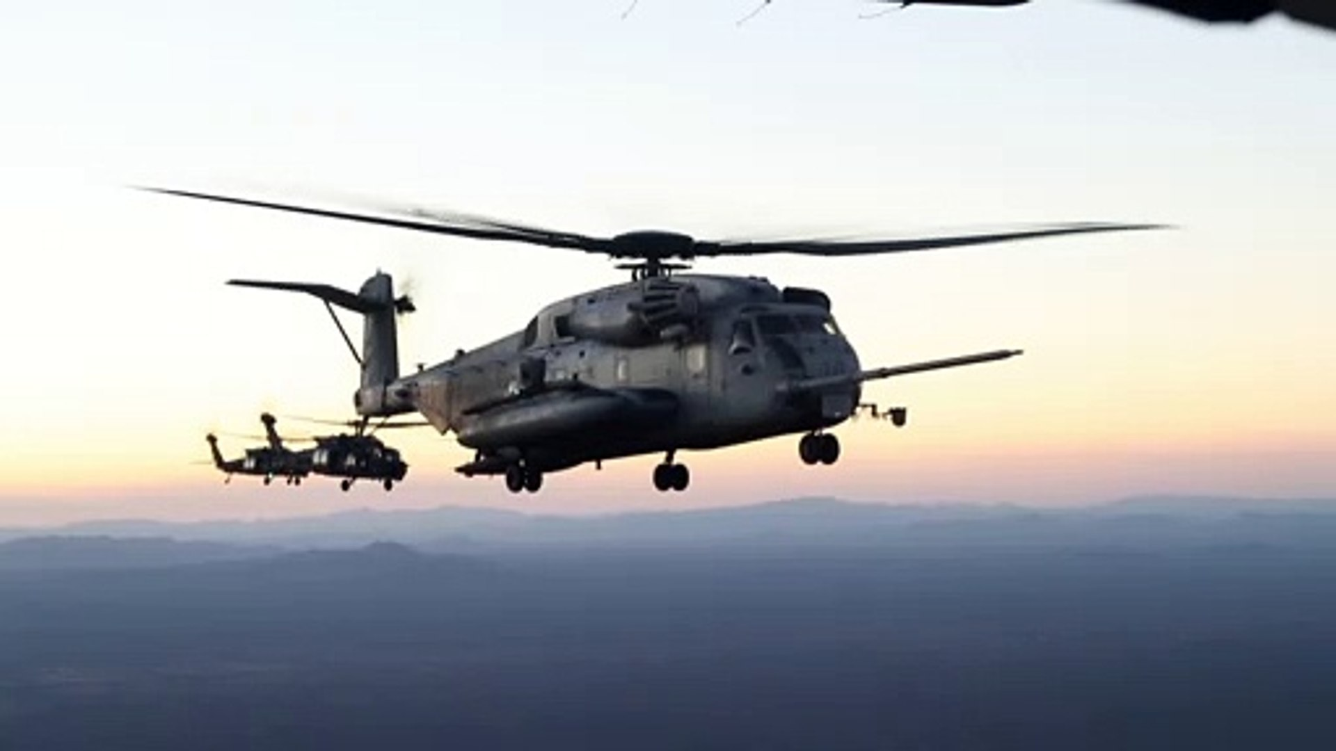 Awesome HD Footage • CH-53E Super Stallion & MH-60M Blackhawks • Flying in Formation • Arizona USA