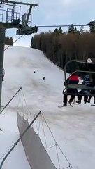 Un skieur poursuivi par un ours