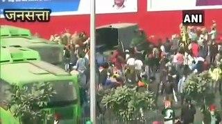 Republic Day Tractor Rally: लाल किले की ओर बढ़े किसान, ITO पर लाठी चार्ज, आंसू गैस के गोलेदागे