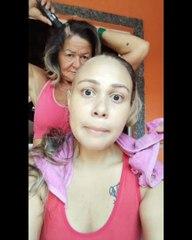 Kanser olan kızının şaçlarını kazıdığı esnada ona duygulandıran bir jest yapan anne