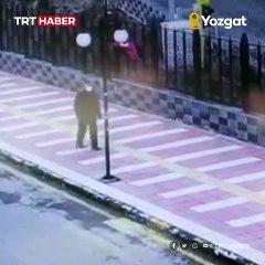 Yozgat'ta Türk bayrağının katlanmış olduğunu gören yaşlı bir vatandaş bayrağı şemsiyesi ile düzeltmeye çalıştı, başarılı olamayınca çevredekilerden yardım istedi.