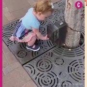 Cette petite fille prend tout ce qu'elle voit po