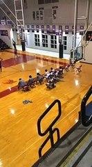 Un dunk décroche un panier de basket