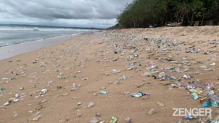 Trash Washes up on the Beaches of Bali 4