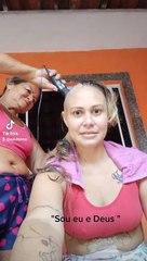 Mãe rapa o cabelo para apoiar a filha com cancro e momento está a emocionar os internautas