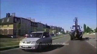 Quand un tracteur perd une roue en pleine route