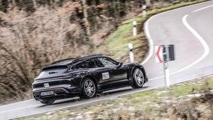 La Porsche Taycan Cross Turismo sur la route