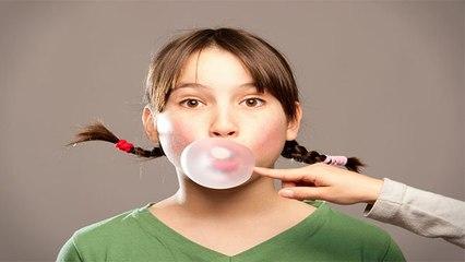 Chewing Gum चबाते वक्त रहें सावधान, गलती से गया अंदर तो होंगी ये परेशानी | Boldsky