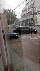 Diluvio en Catamarca: autos y vehículos son movidos por la fuerza del agua