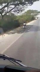ชาวเน็ตวิจารณ์สนั่นแม่ให้ลูกน้อยกินนมขณะกำลังขี่มอเตอร์ไซค์อยู่บนถนน