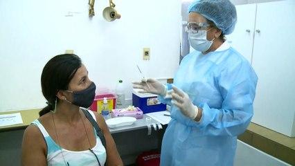 Uruguay inicia vacunación contra covid con educadores, militares, policías y bomberos