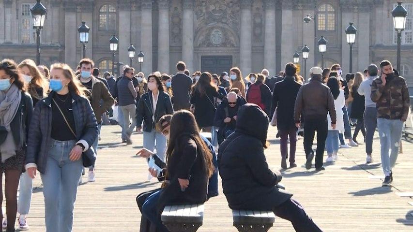 Covid-19 : à Paris, le soleil attire de nombreux promeneurs sur les quais