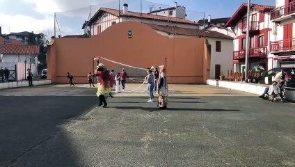 A Ciboure, des manifestantes ont dansé avec des draps pour symboliser l'union des peuples