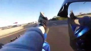 Ce biker fait une roue arrière en pleine autoroute et chute lourdement