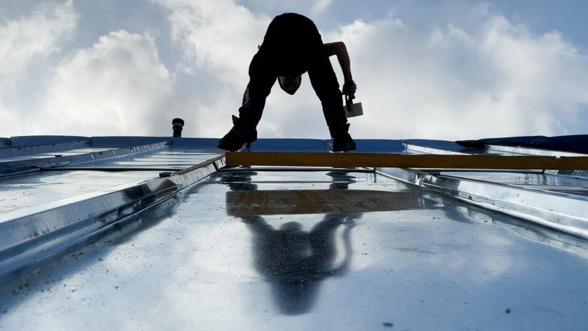 Sur les toits de Paris avec les couvreurs zingueurs, funambules de « la haute couture du bâtiment »