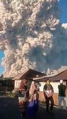 Tremenda erupción del volcán Sinabung en Indonesia, las cenizas suben hasta los 5.000 metros de altura