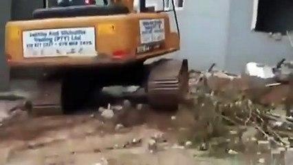 Mua biệt thự cho bạn gái rồi bị đá, thanh niên thuê máy xúc phá nhà