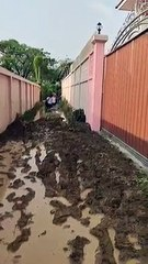 บ้านกำเเพงชมพู ไม่ต้องการให้มีใครเดินผ่านทาง ลงทุนขนดินมาถมกองไว้