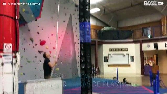 Jovem equilibra-se numa torre 7 metros feita com caixas de plástico